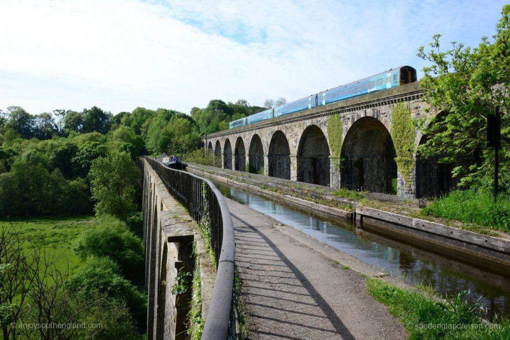 Chirk Aquaeduct & Viaduct mit zwei klassischen Verkehrsmitteln