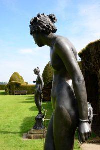 Skulpturen im Garten von Chirk Castle