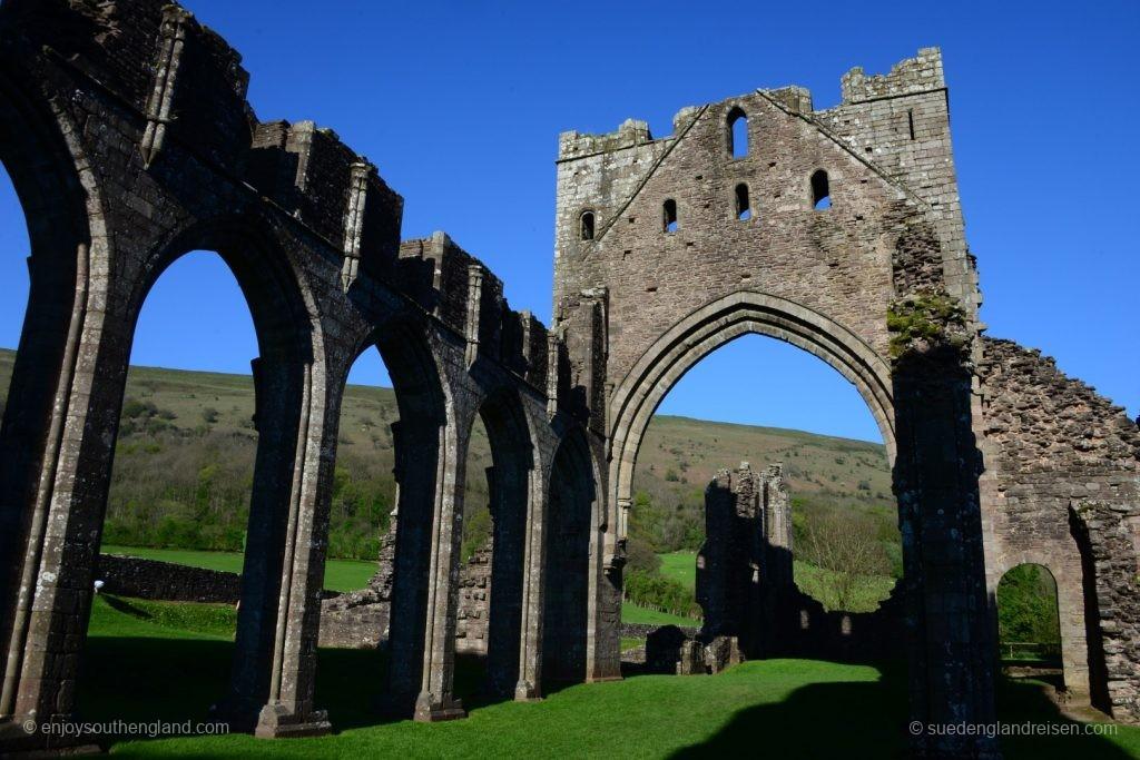 Manches kann schon mal ein paar Jahrhunderte dauern (hier die Ruine der Llanthony Priory)