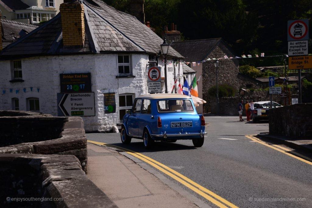 Klassischer Kleinwagen idealer Größe für walisische Straßen