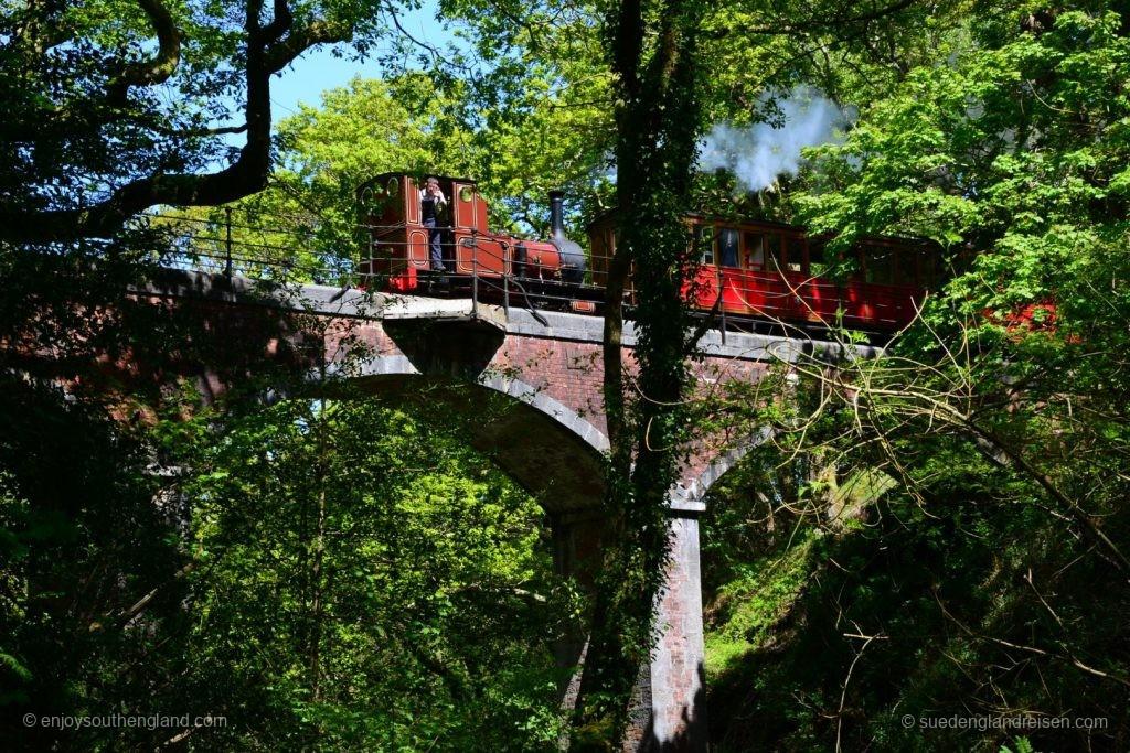 Die Tal-y-Llyn-Bahn auf hohem Viadukt