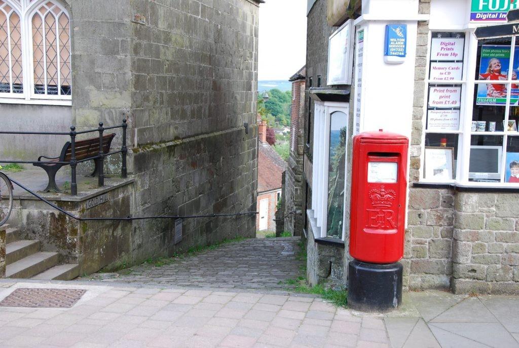 ungewöhnliche Pillar Box mit Empblem von Elisabeth II (seit 1952)
