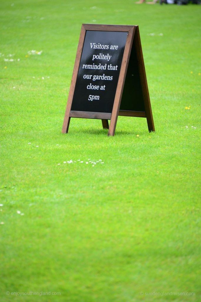Unsere Besucher werden höflichst erinnert, dass der Garten um 17 Uhr schließt.