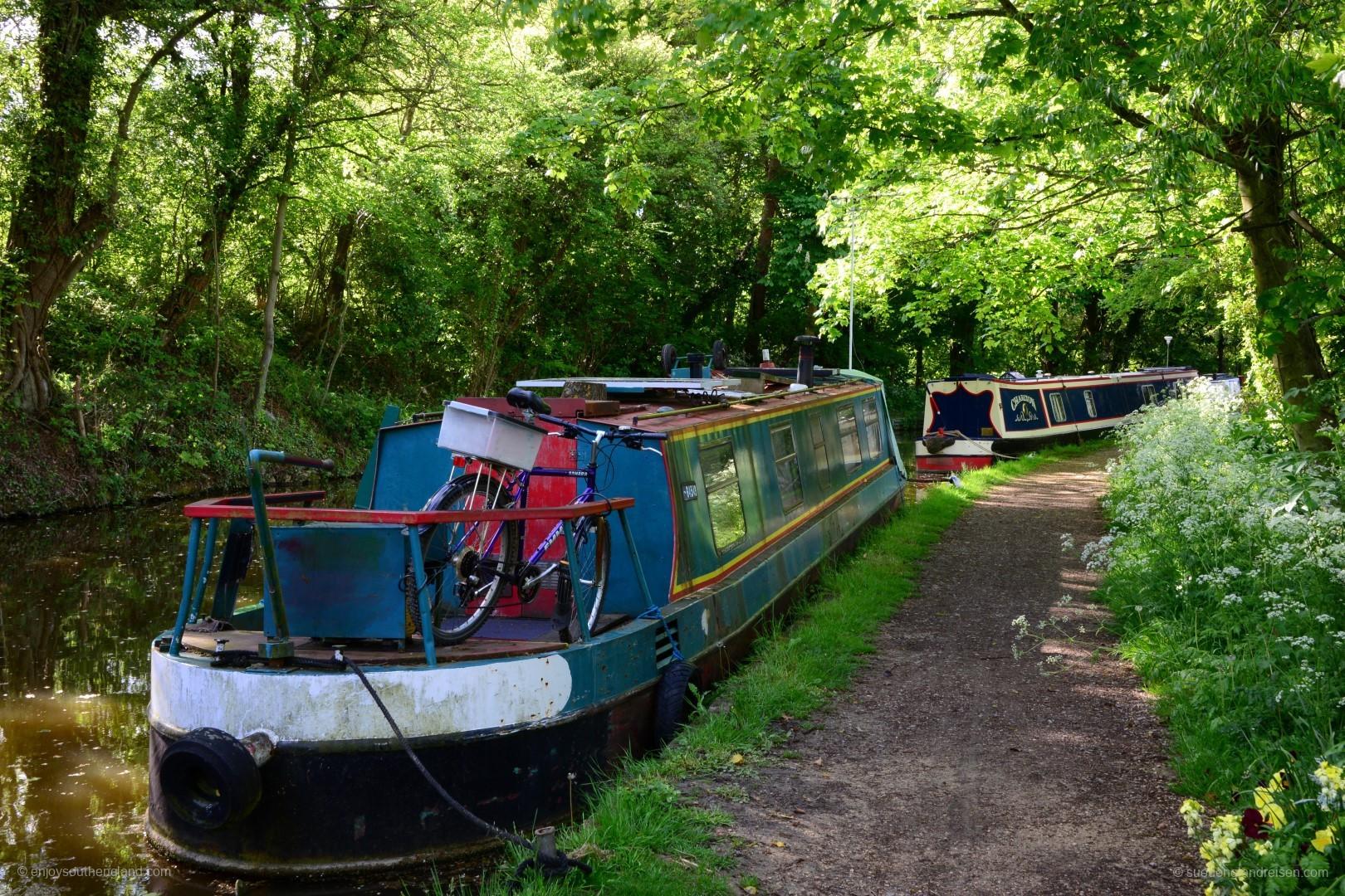 Narrow Boats - vertäut irgendwo in der Natur entlang eines Kanals