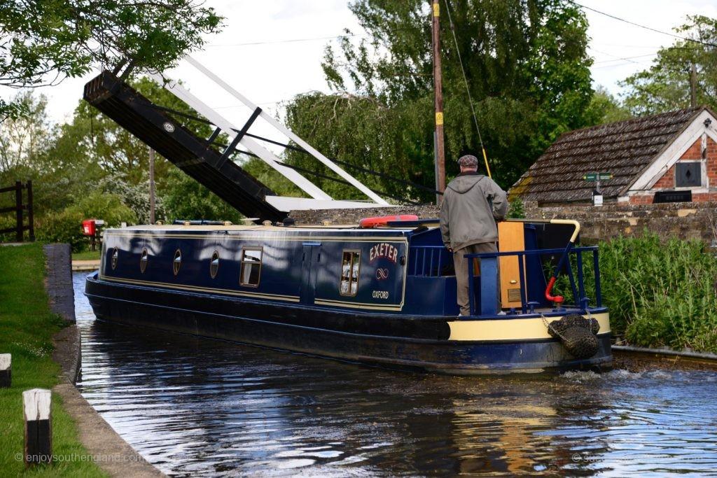 Ein Narrow Boat passiert gerade eine Zugbrücke (am Oxford Canal)