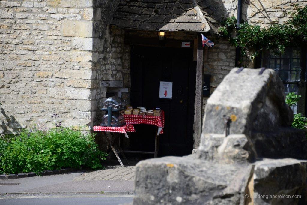 Kuchen vor einer Haustür in Castle Combe