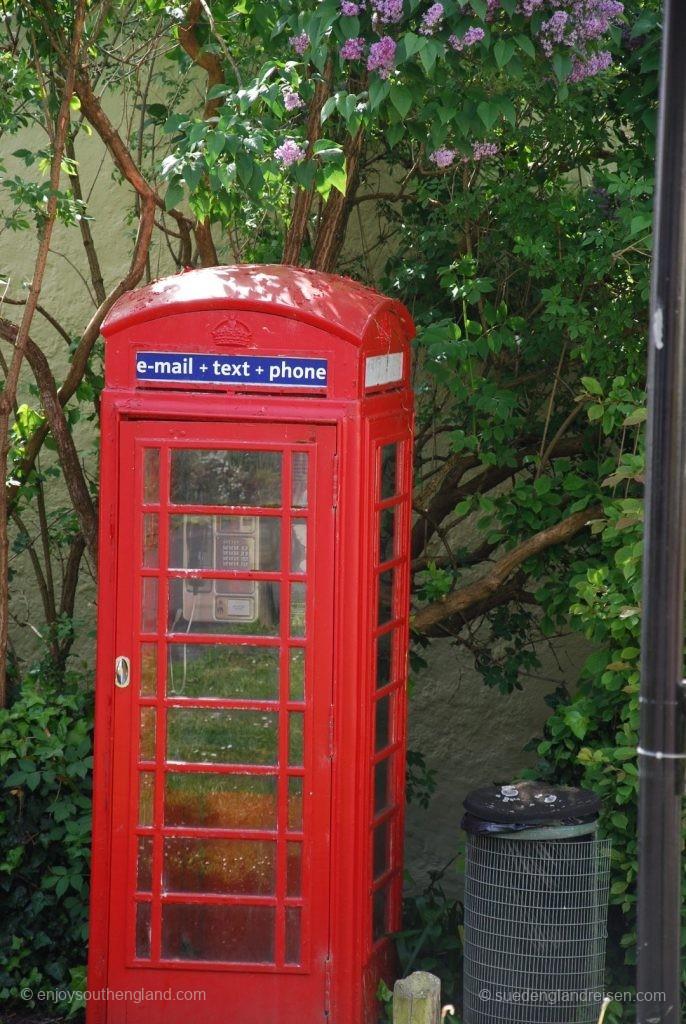 Telefonzelle in England mit modernem Innenleben des Vor-Smartphone-Zeitalters