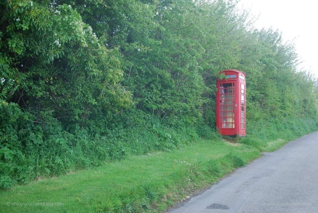Eine ganz typische englische Telefonzelle: Einsam an einer nebligen Landstraße